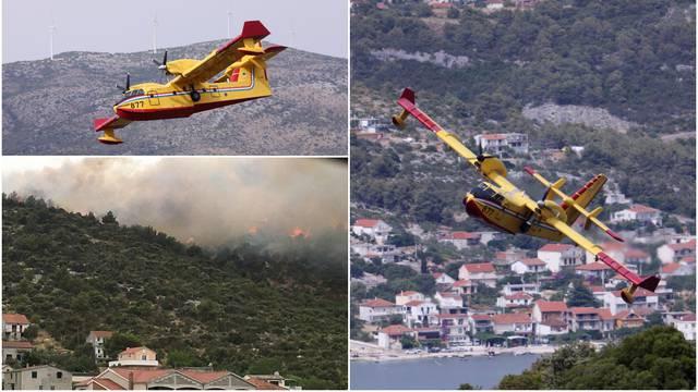 VIDEO: Požar u Marini kraj Trogira približio se kućama, vatrogascima pomažu kanaderi
