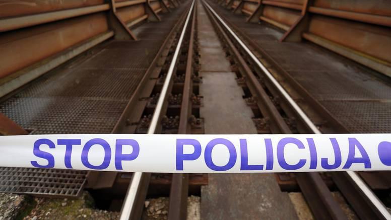 Strava u Tovarniku: Muškarac izgorio na krovu lokomotive