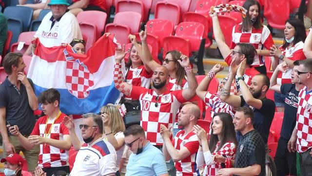 Navijači na Wembleyu prate utakmicu Engleska - Hrvatska
