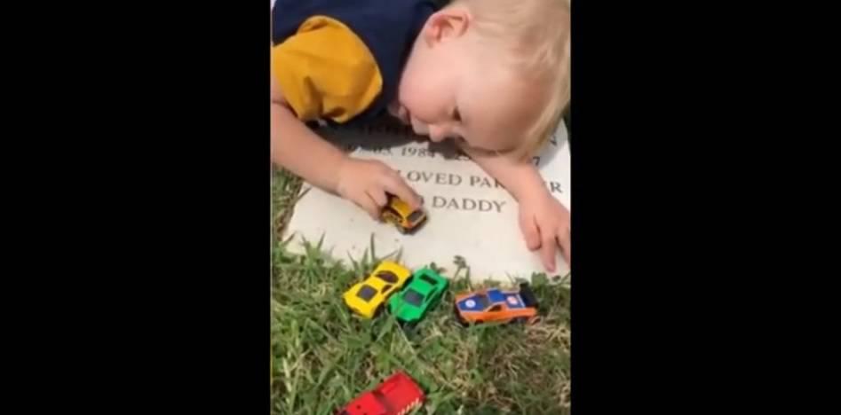 Ne zna da ga nema: Dječak (2) na grobu tati pokazuje igračke