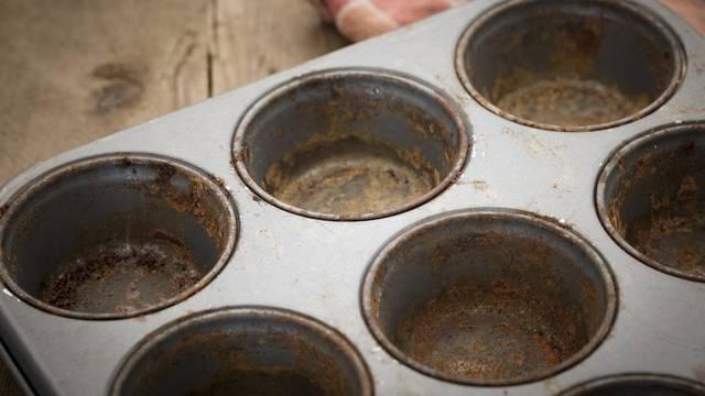 Očistite prljavi kalup za muffine na jednostavan način - u pećnici