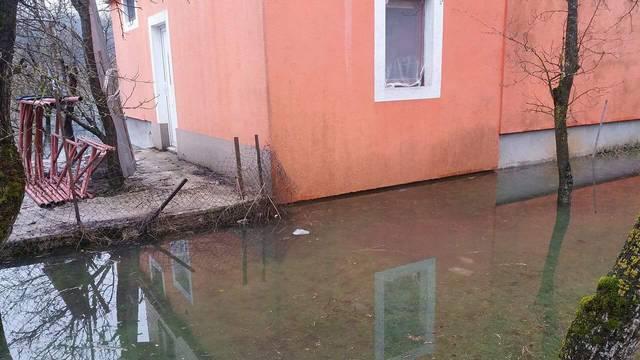 U Kosinju poplavljeno 30 kuća, Sava opasno prijeti Jasenovcu