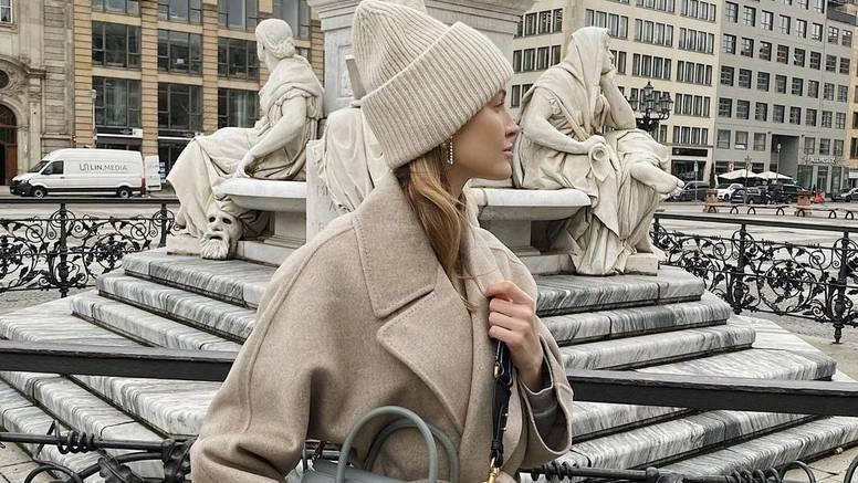 Udoban vuneni kaput i kapa u svijetu neutralnih bež tonova