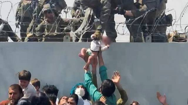 """Britanski vojnik čija je fotografija iz Kabula obišla svijet: """"Teško je to gledati"""""""