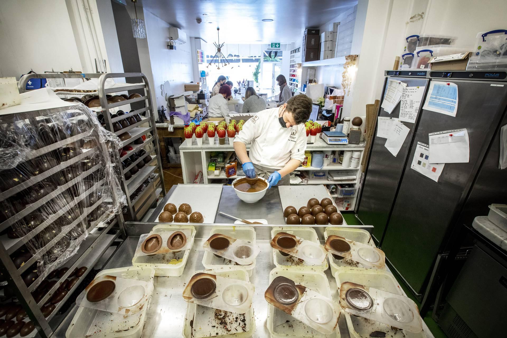 Majstor za čokoladu krenuo u izradu čokoladnih jaja za Uskrs