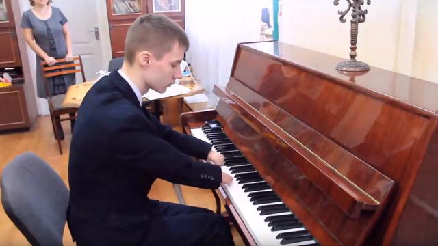 Jer ništa nije nemoguće: Svira klavir iako je rođen bez šaka