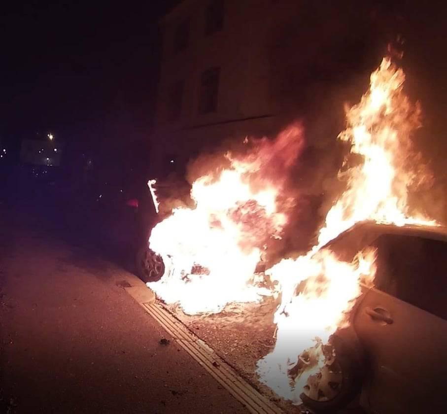 Izbio požar na autu, vatra je zahvatila i drugo vozilo u nizu