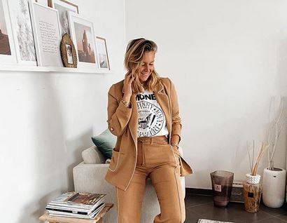 Belgijanka Aurelie Van Daelen ima super poslovni look - bijela majica plus udobno bež odijelo