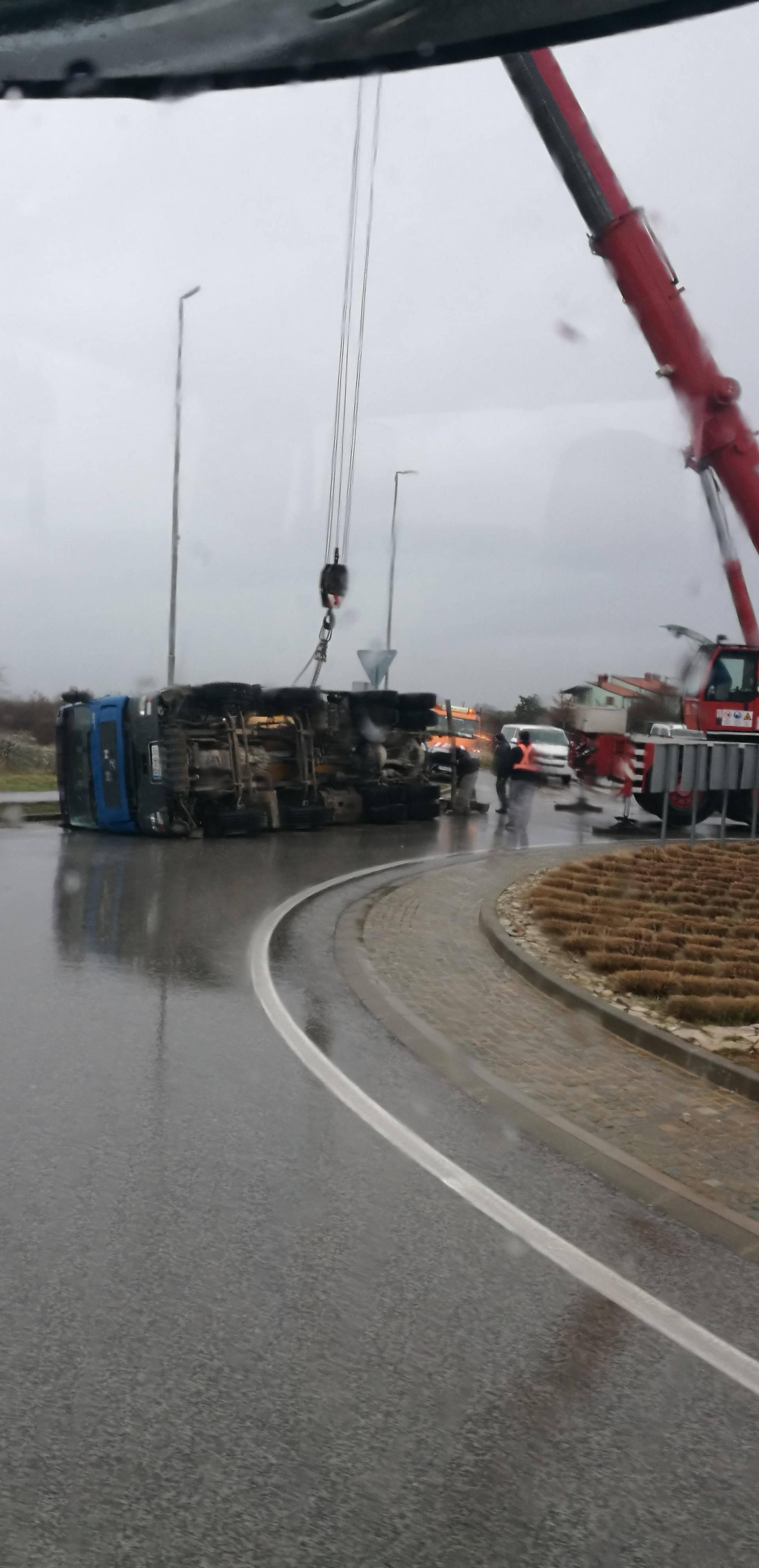 Kamion mikser prevrnuo se u kružnom toku, vozač ozlijeđen