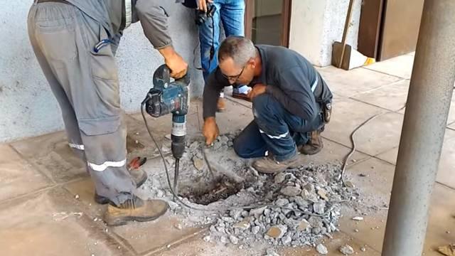 Danima slušali jecaje: Izbušili su beton i rastopili se od sreće