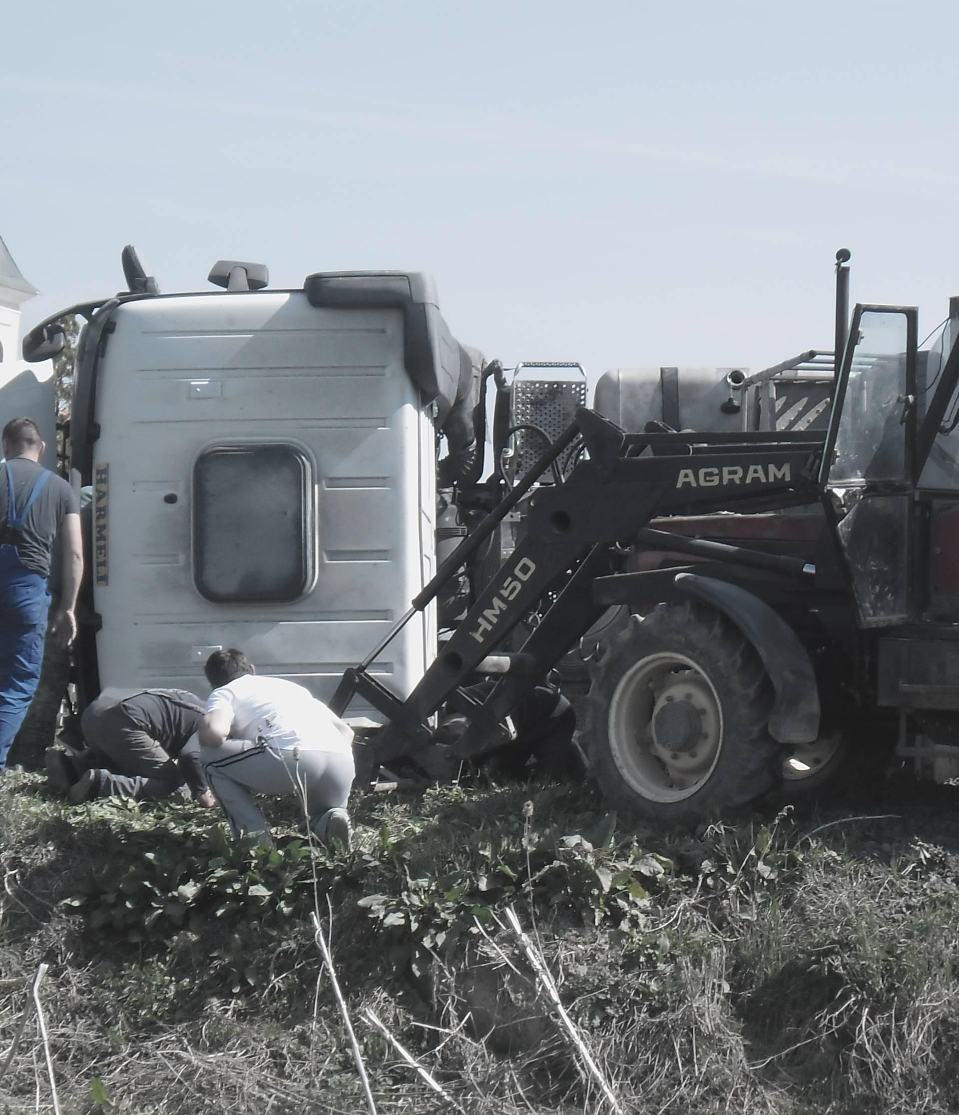 Gundinci: Dvoje ozlijeđenih u nesreći, prevrnuo se kamion