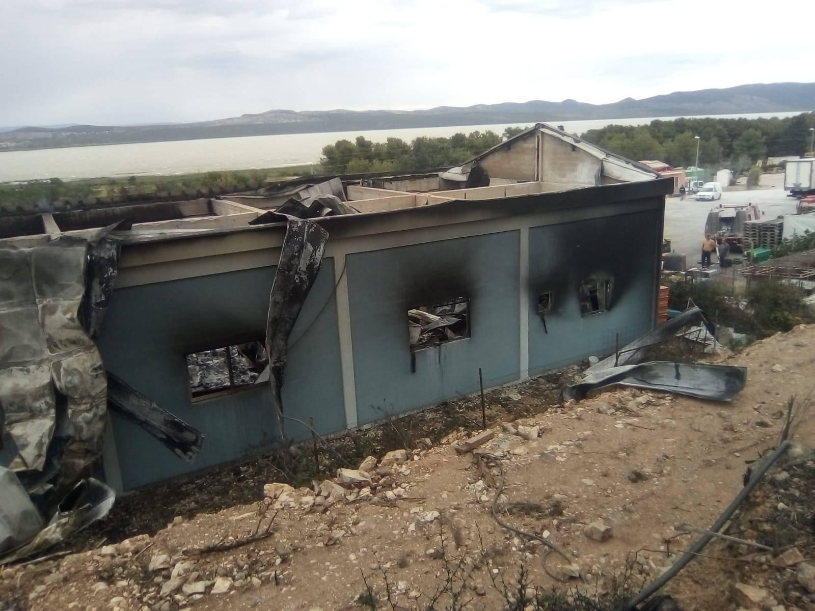 Izgorjela tri broda zbog žara, požar zbog bure prijetio kućama