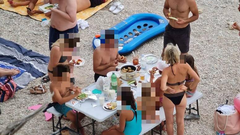 Na plaži u Baškoj Vodi turisti postavili stol i stolice pa ručali: 'Valjalo bi platiti koncesiju'