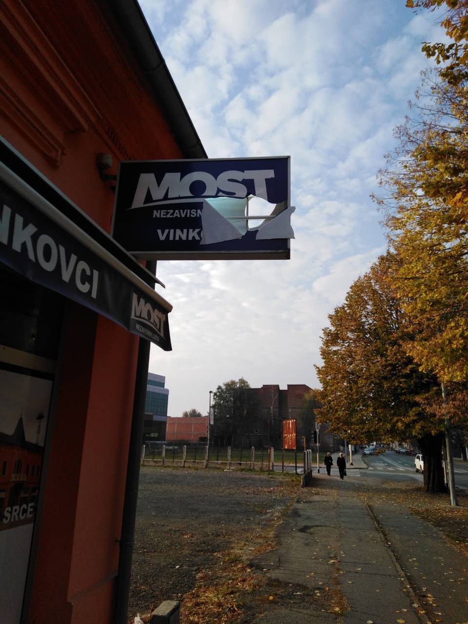 Četvrti put razbili izlog Mosta u Vinkovcima: 'Ne bojimo se!'