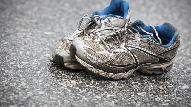 Smrdi vam obuća? Ovi trikovi će vam pomoći da se riješite vonja