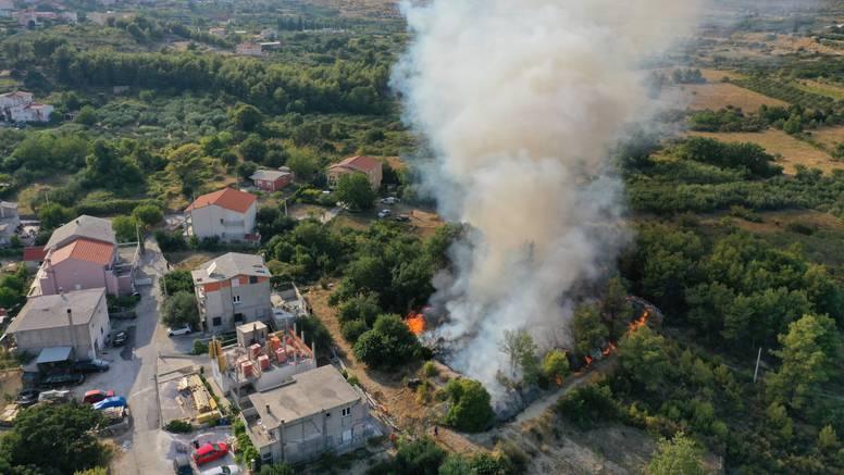 Požar na splitskom Kamenu: 'Topi nam gume na autu. Strah me, blizu kuća je, a puše vjetar'