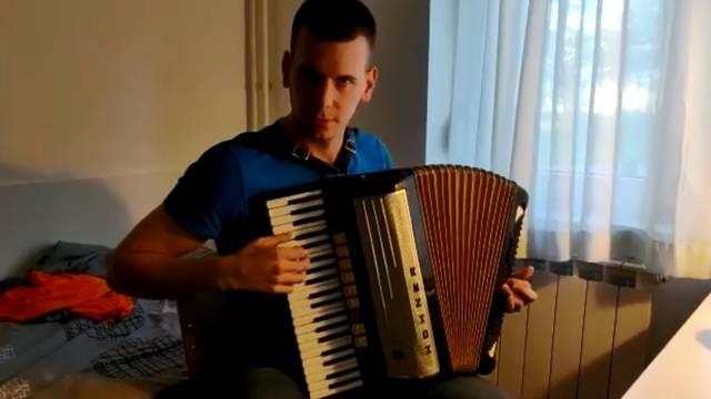 Student na harmonici 'razvalio' uvodnu pjesmu Igre prijestolja