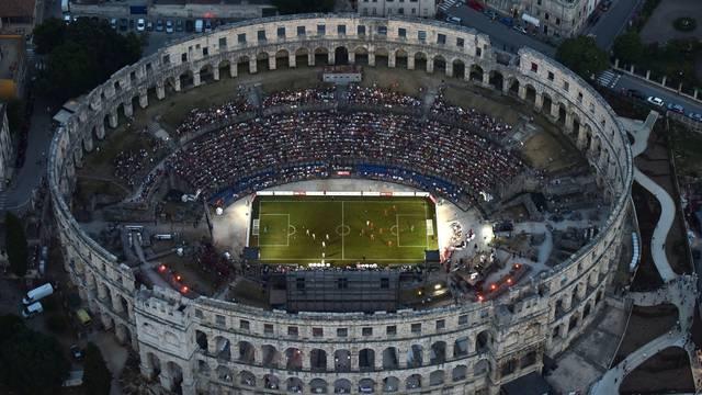 Pula: Nogometni spektakl u rimskom amfiteatru iz zraka