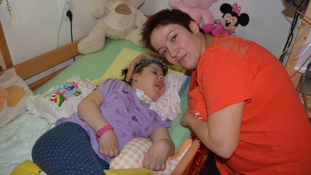 Rukama pomaže kćeri da diše: 'Pomozite mojoj malenoj Leoni'