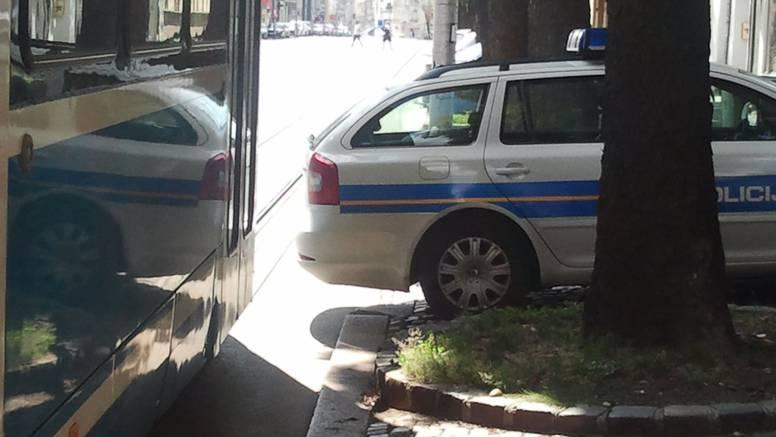 Policajci su nemarno parkirali automobil pa prouzročili zastoj