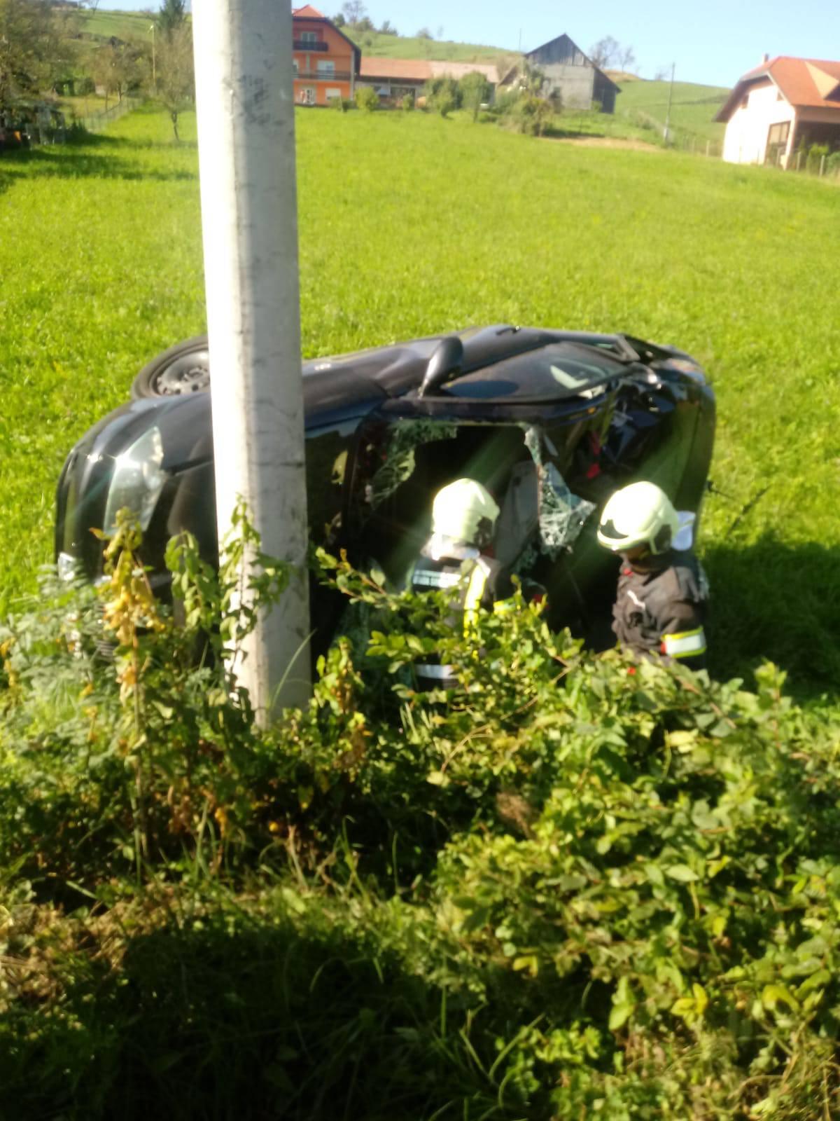 Zabio se u stup pa se prevrtao: 'Mladića su izvlačili iz auta...'