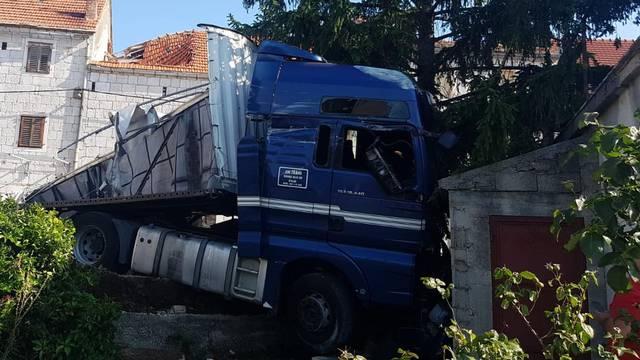 Video: Kamionom se zabio u kuću, prebacili su ga u bolnicu
