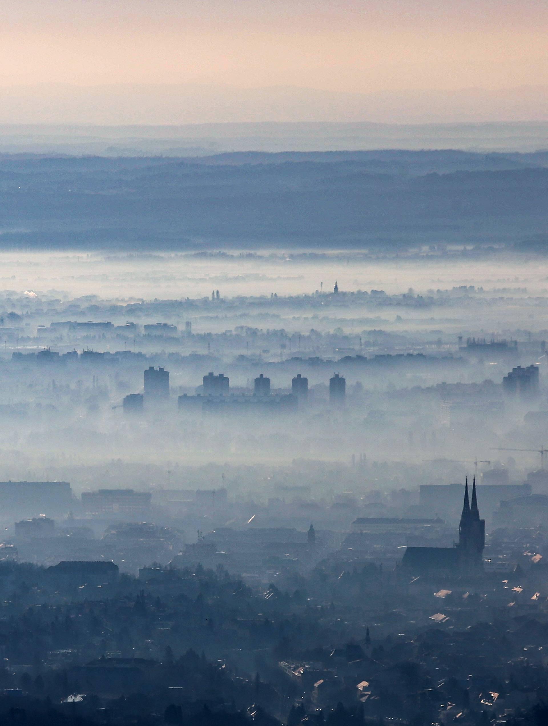 Zagreb: Pogled sa Sljemena na grad prekriven maglom