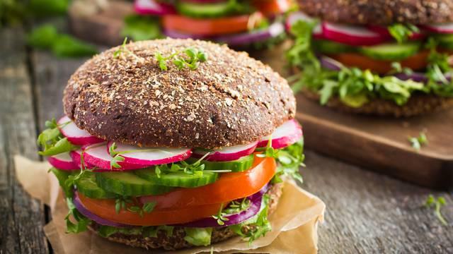 Međunarodni dan burgera: Svi ga vole - naučite ga pripremiti