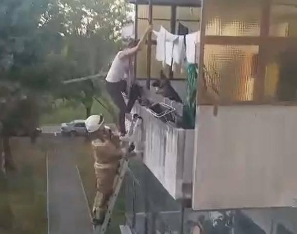 Dečko joj se nije javljao: Zvala vatrogasce da je unesu u stan