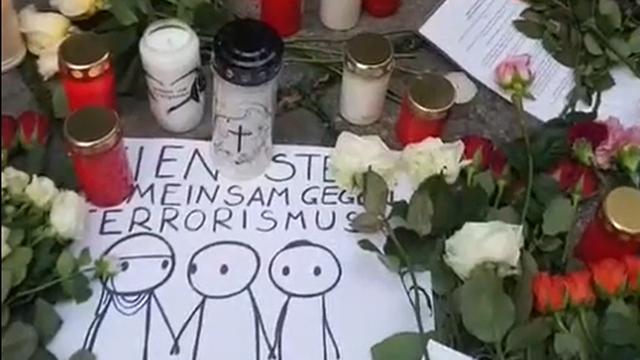 Obitelji žrtava ostavljaju cvijeće na mjestu terorističkog napada