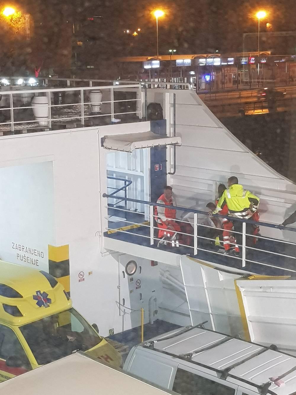 Mornar odvezivao uže trajekta, pao sa stepenica i ozlijedio se