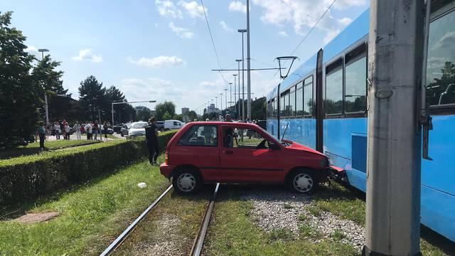 Na Jarunu se auto zaletio u tramvaj, zaustavljen promet...