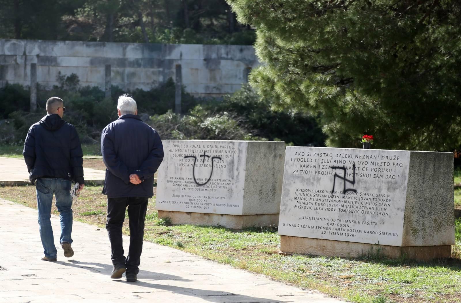 Šibenik: U Spomen parku na Šubićevcu grafitima devastirani spomenici poginulima