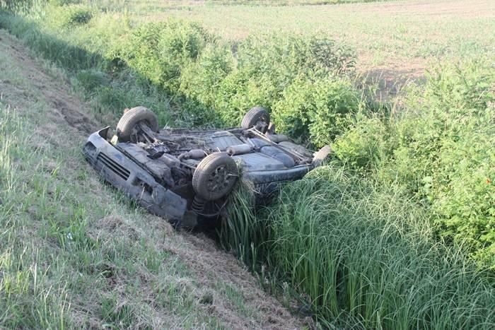 Vozio pijan: Sletio Škodom u kanal pa se prevrnuo na krov