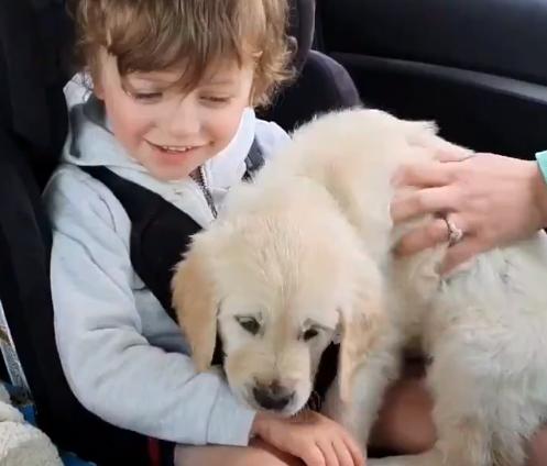 Dirljiv video: Dječaka kojim ima autizam tata razveselio psićem