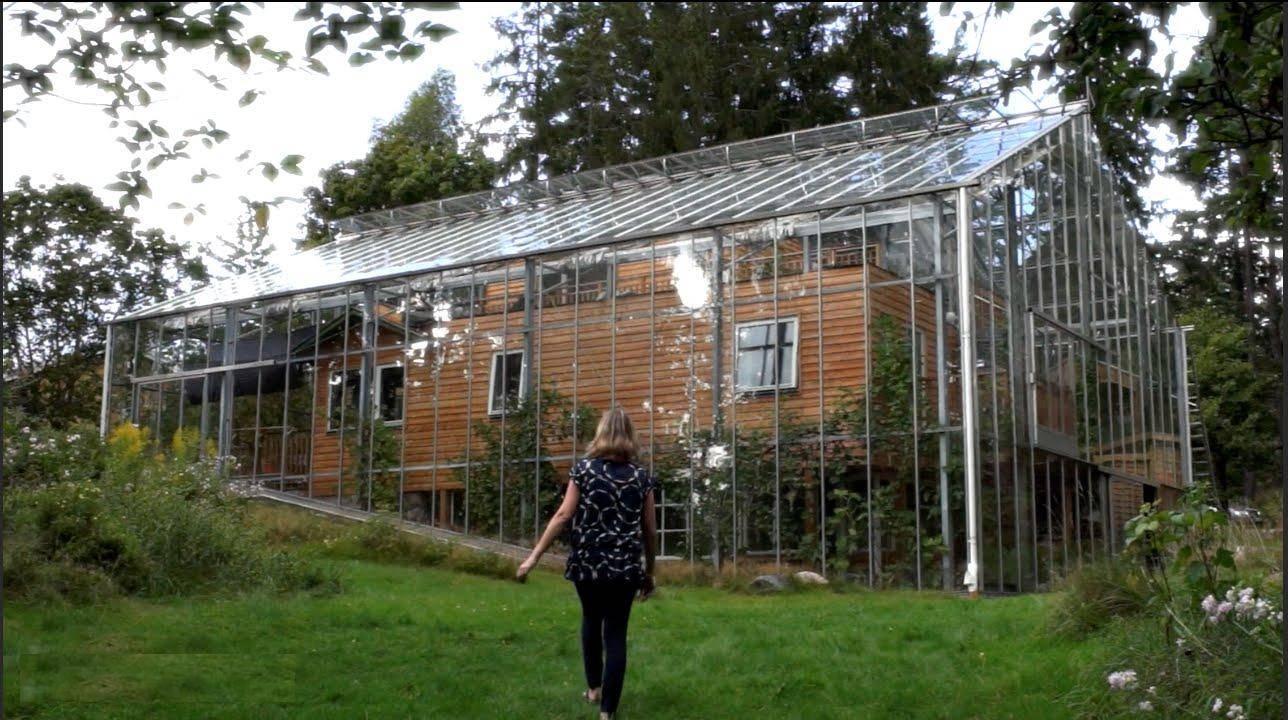 Kuću u kojoj žive su stavili pod staklenik da im zimi bude toplo