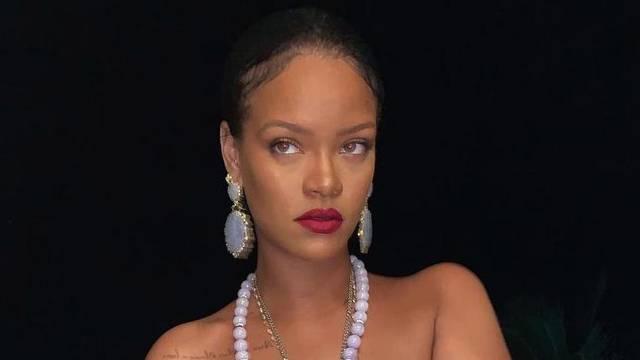 Rihanna pozirala bez grudnjaka