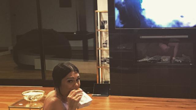 Previše se opustila? Jessie J gleda televiziju bez grudnjaka