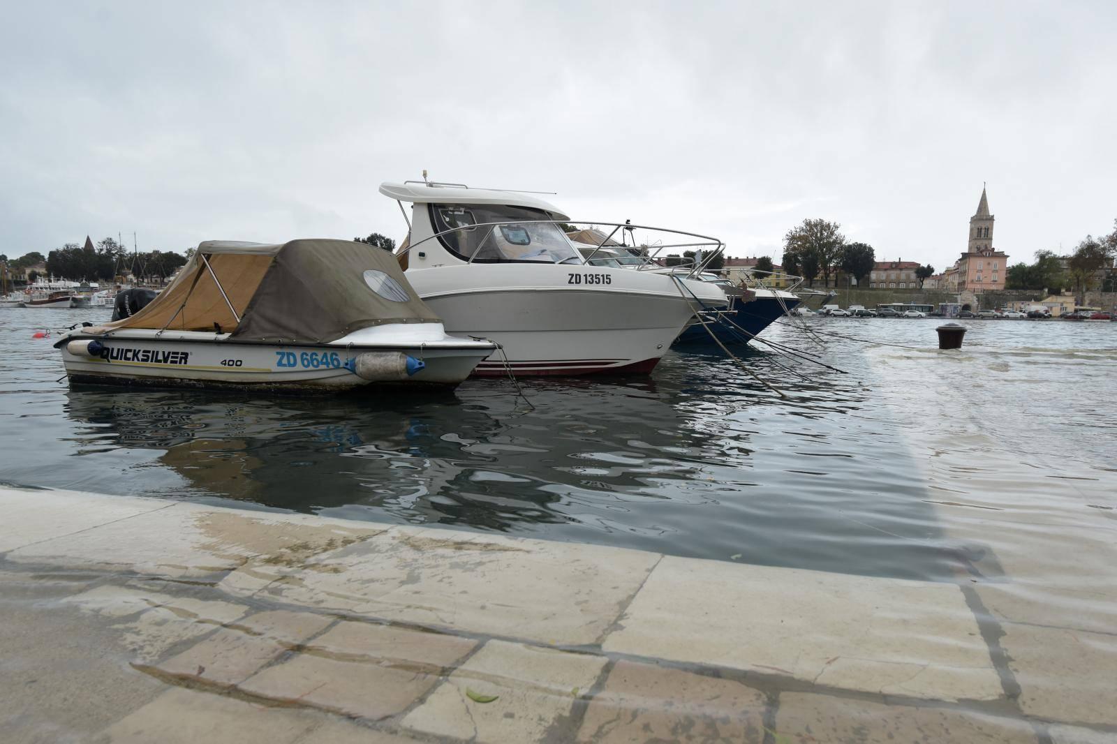 Zadar: Visoka plima i more na ulicama nakon olujnog juga