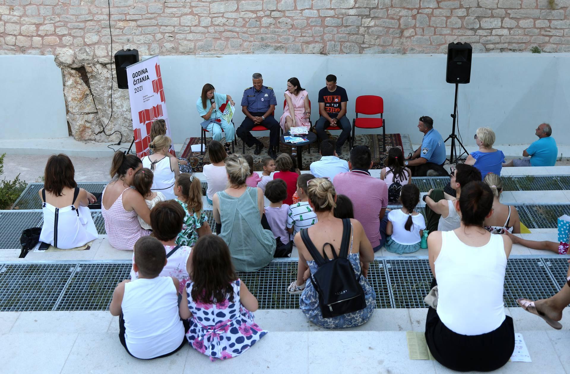 Na Međunarodnom dječjem festivalu  bajke čitali policajci