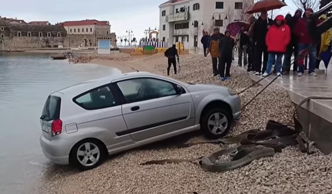 Zaboravio na ručnu pa mu auto skliznuo u more: 'Dogodilo se'