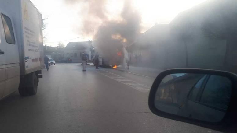 Gorio autobus u Vinkovcima: 'Auti nisu mogli proći od dima'