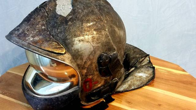 Ovo je kaciga vatrogasca koji je jutros gasio požar  u Remetincu