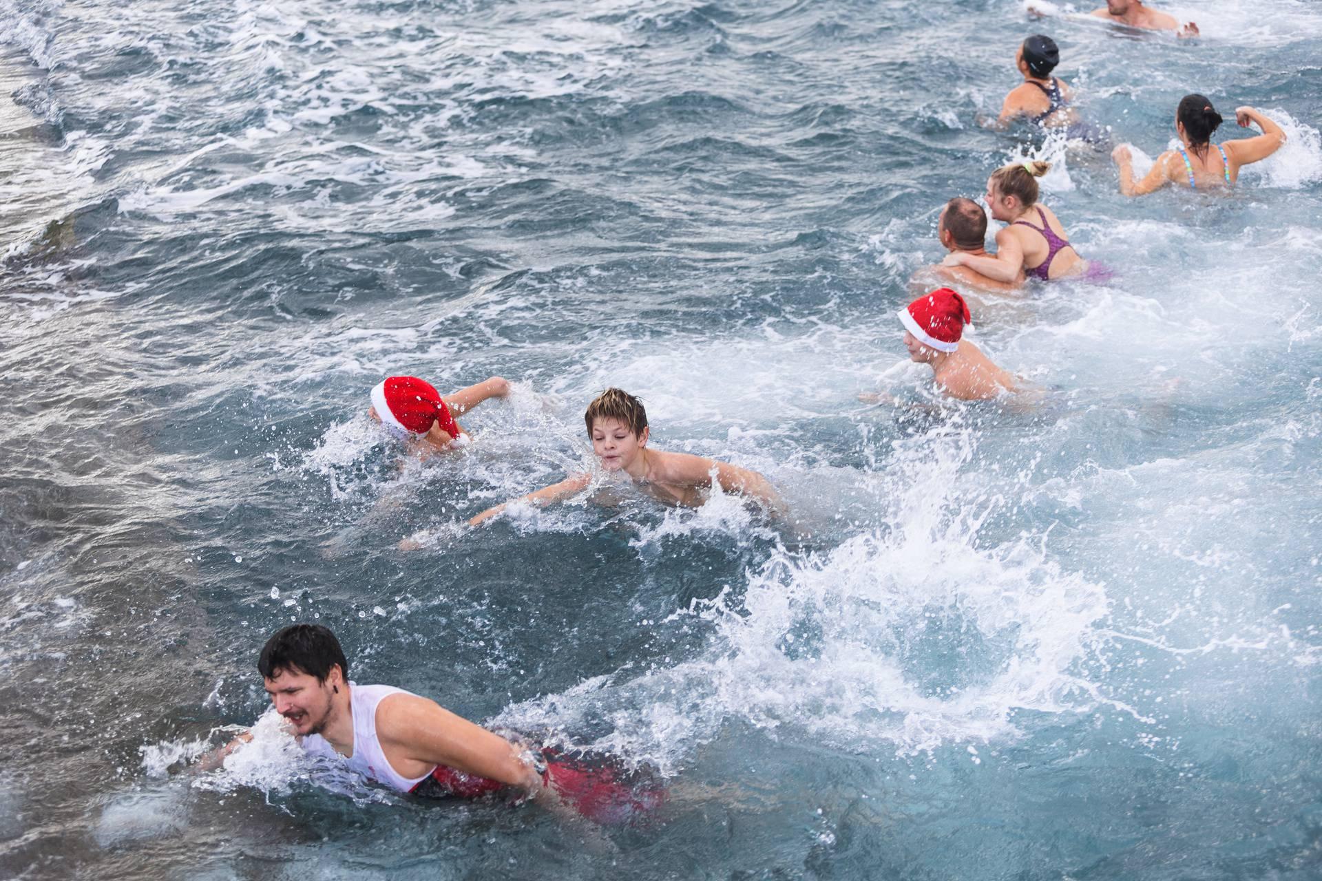 Ni kiša nije spriječila novogodišnje kupanje u Zadru
