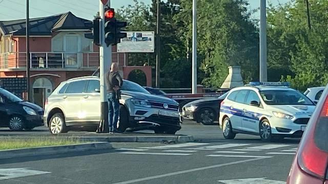 Sudar automobila u Sesvetama: Zbog udarca se zabio u rasvjetu