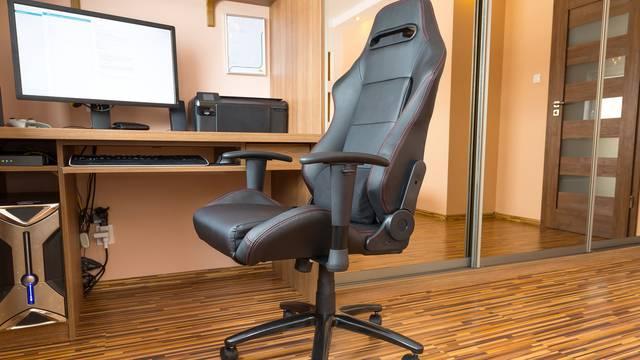 Očistite uredski stolac za tren