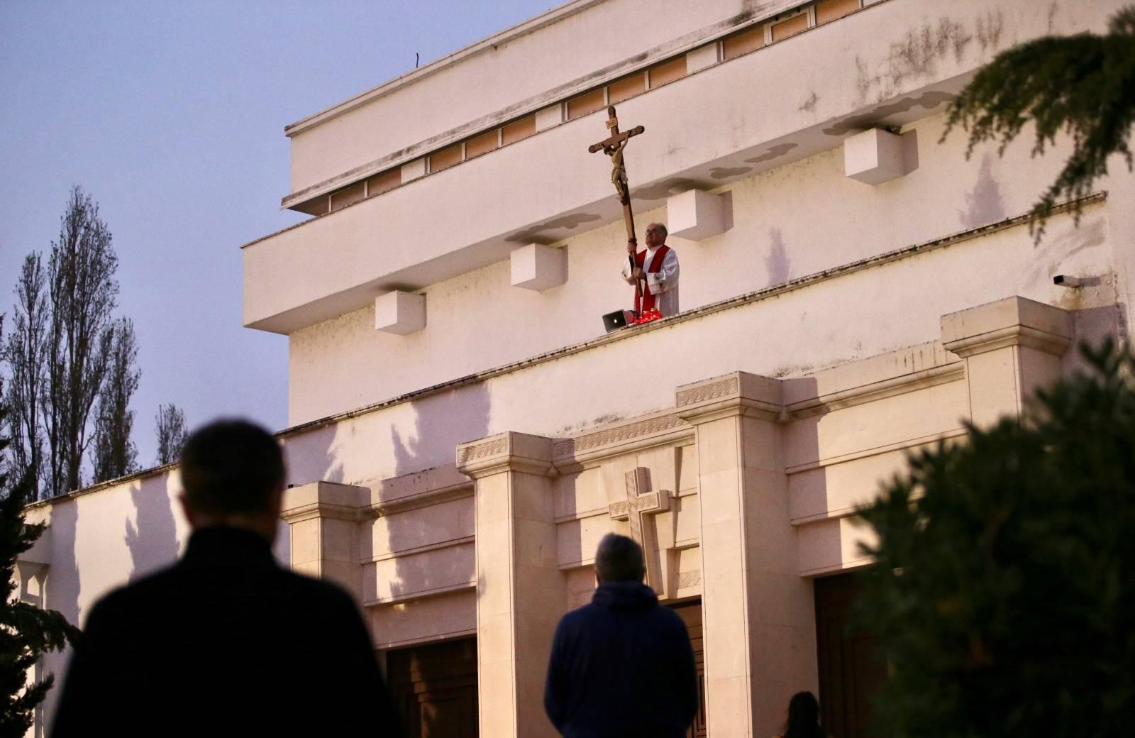 Split: Župnik blagoslovio vjernike s terase crkve