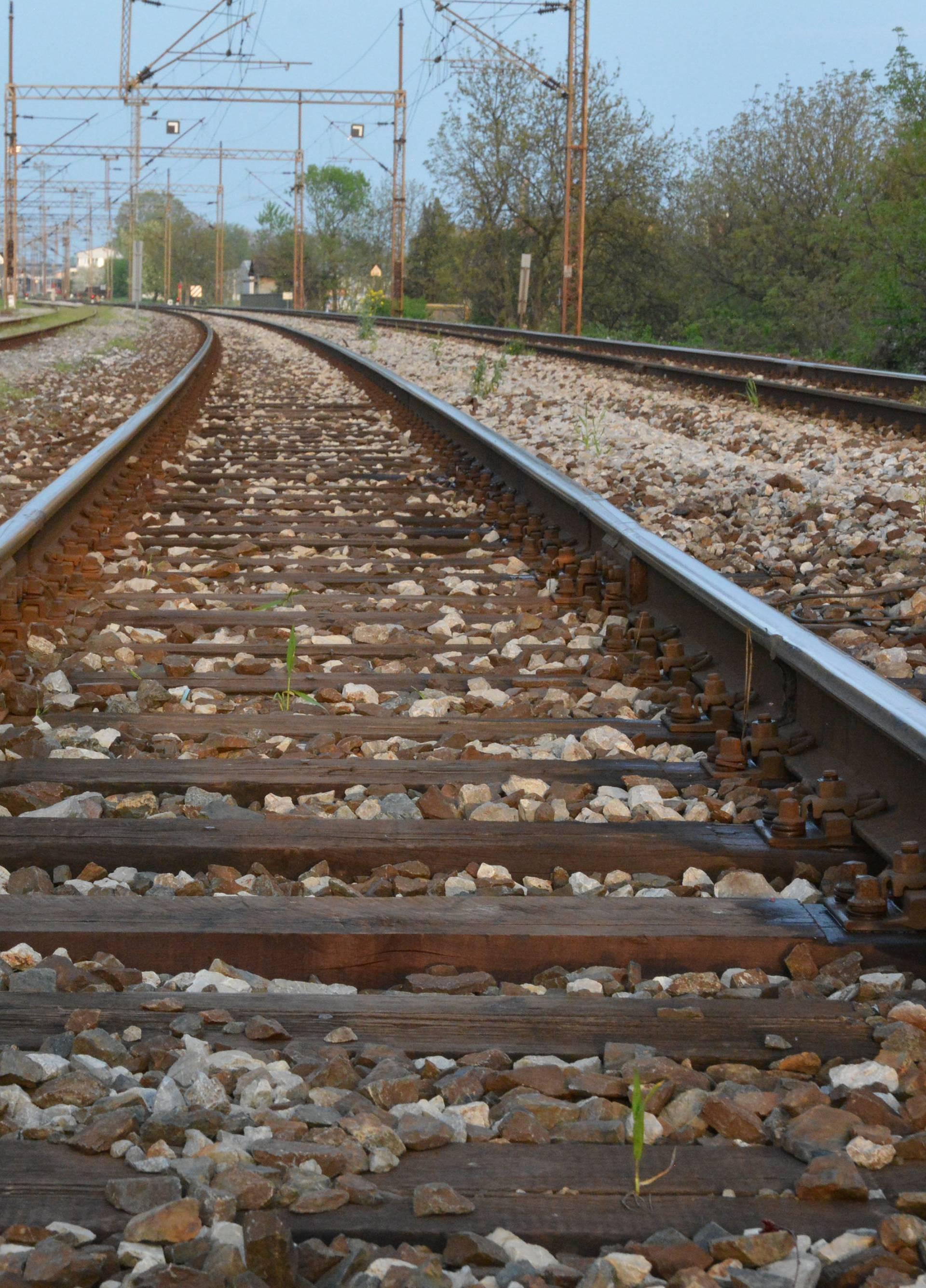Vlakovi naletjeli na automobile: Ozlijeđeno najmanje dvoje ljudi