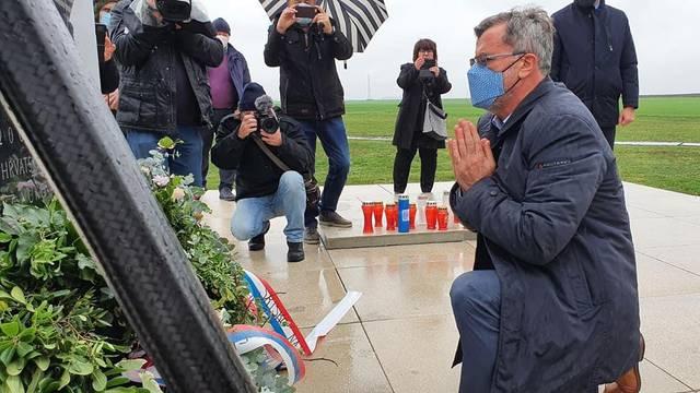 Vučićev izaslanik odao počast žrtvama na Ovčari: 'Želio sam učiniti nešto više od puke geste'
