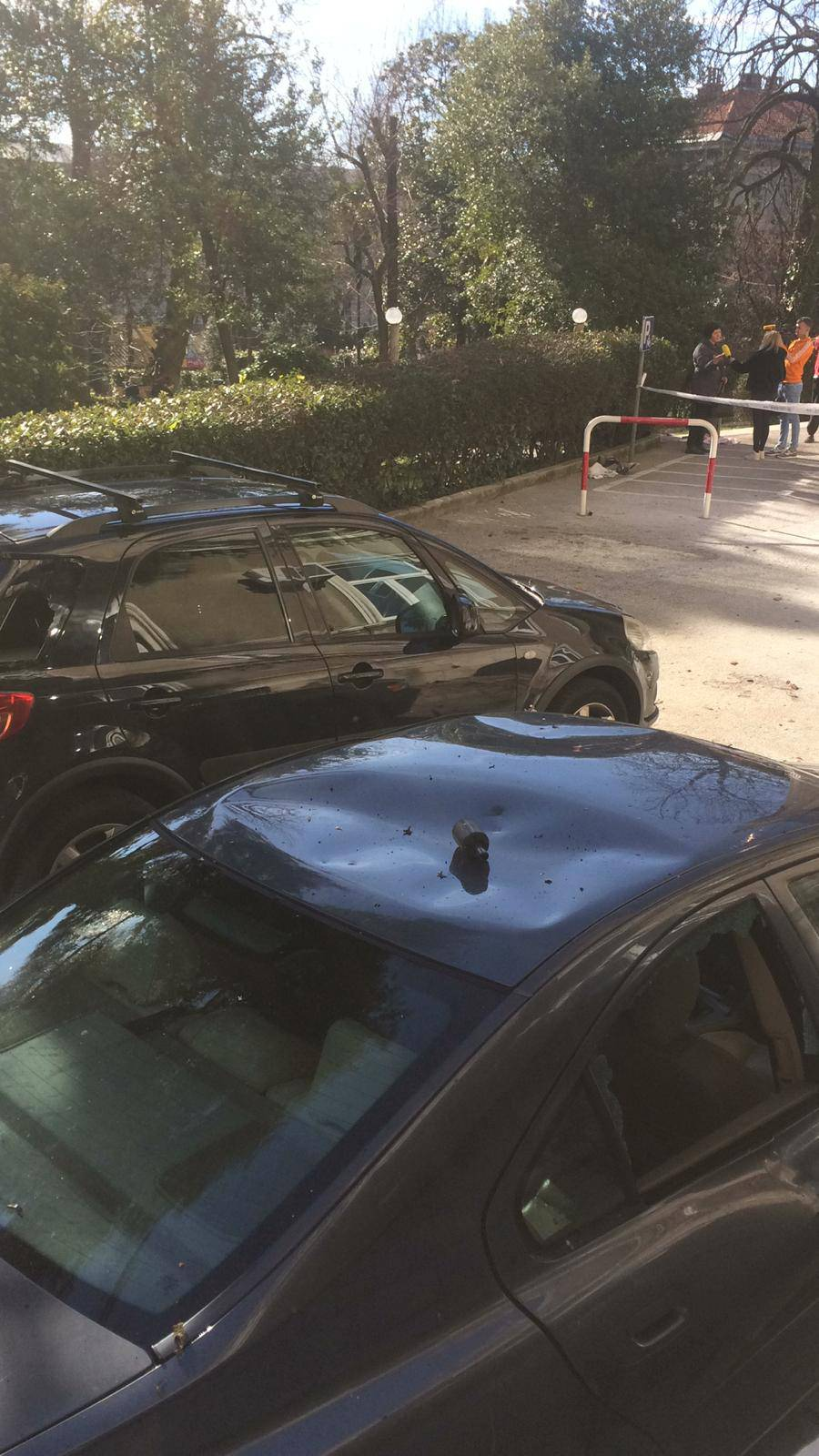 Detonacija u KBC-u: 'Grunula' klima, dijelovi popadali na aute
